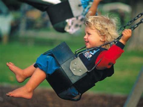imagenes de niños jugando en un columpio los beneficios de los columpios en los ni 241 os crecer feliz