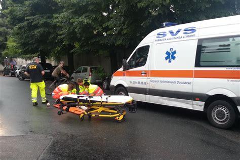 scivola vai via testo scivola con lo scooter sull asfalto bagnato in ospedale