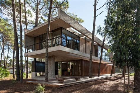 concrete architecture on pinterest concrete houses concrete and wood harmoniously combined in marino pinamar