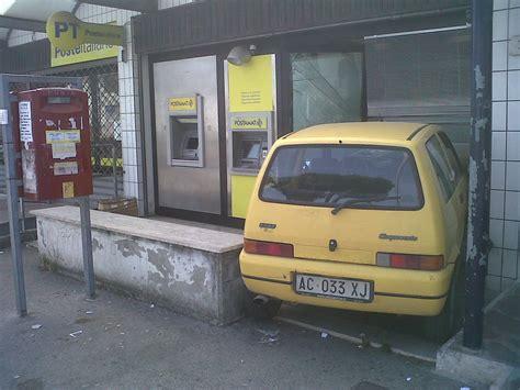 ufficio postale pomezia usano auto come ariete per rapinare il bancoposta ma