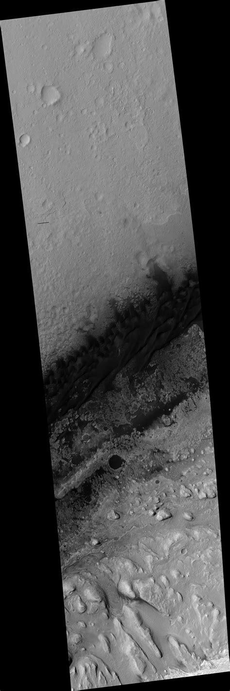 HiRISE | Curiosity Tracks and Descent Stage Debris (ESP