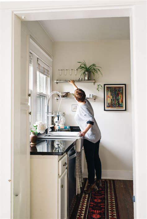 cucina mensole mensole in cucina come e perch 233 usarle artigianamente