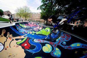 Skateboard Graffiti Hitam mural di skate park jadikan arena bermain skateboard yang