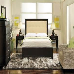 how to arrange a small bedroom with a bed 4 tips