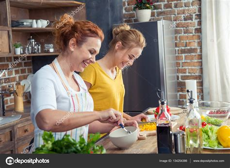 mama e hija cocinando mother and daughter cooking together stock photo