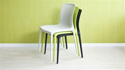chaises de couleur chaise de couleur harmonieuse et confortable westwing