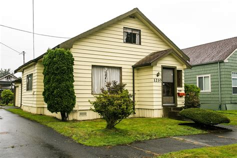 kurt cobain house aberdeen kurt cobain s kidhood home is for sale but no one wants to buy it