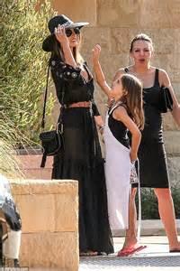 Lets Appreciate The Of Alessandra Ambrosio Hollyscoop by Alessandra Ambrosio S Adorable Anja