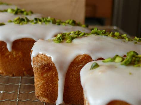 kuchen beschriften zuckerguss kuchen mit zuckerguss verzieren appetitlich foto