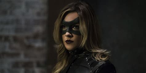 laurel black the flash invincible synopsis teases earth 2 laurel