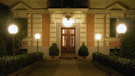 vasi bianchi da esterno dalani vasi luminosi design moderno per gli esterni