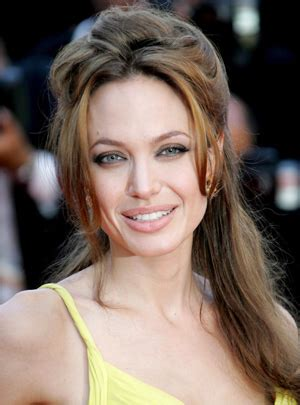angelina jolie biography in spanish angelina jolie la mujer m 225 s hermosa exclusiva spanish