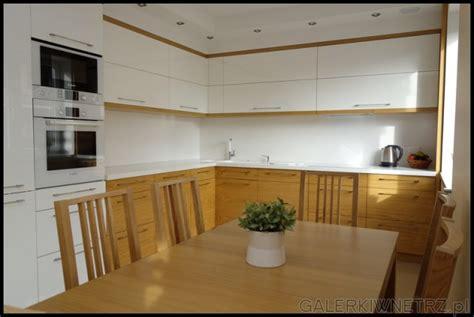 chiara lada aranżacja bardzo eleganckiej kuchni urządzonej w bieli z
