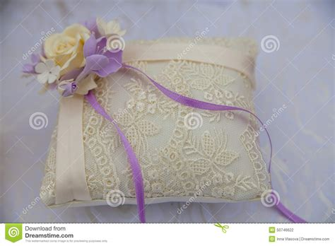 cuscino per le fedi cuscino pizzo per le fedi nuziali fotografia stock