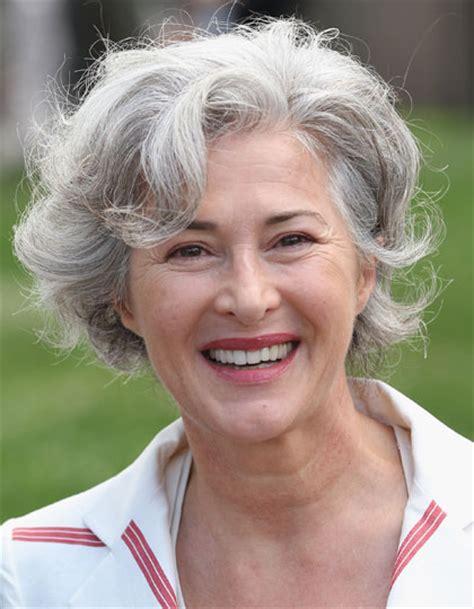 nowoczesne fryzury dla siwych wlosow