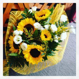 composizione di un fiore bouquet di fiori con girasoli un elenco di varie composizioni