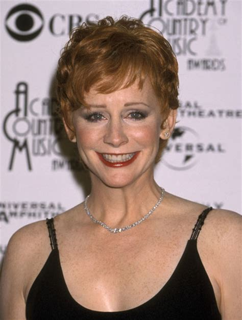 reba mcentire with short hair short chic with graduated short fringe reba mcentire s