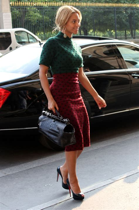 Get Beyonces Bag by Beyonce Knowles Carries A Luxe Balmain Bag In