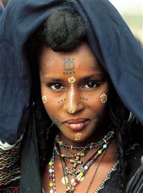 una donna wodaabe del niger in questo popolo si usano