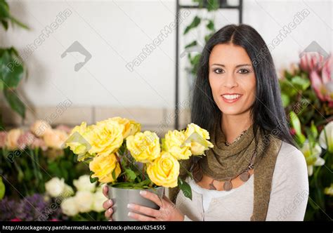 Florist In by Floristin In Blumenladen Lizenzfreies Bild 6254555