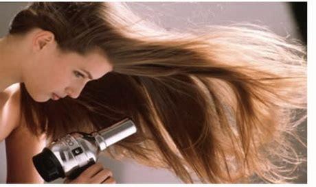 usare la piastra per capelli senza errori specchio e capelli foto