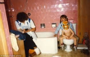 mom at the toilet awkward family photos only a mom could love mother s day