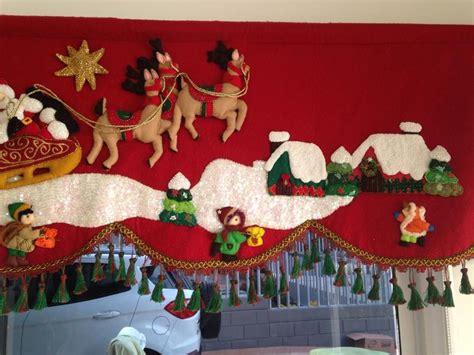 cortinas de navidad ventana adornada con cortinas rojas