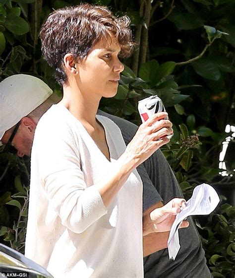picture of halle berry hairstyle on extant 426 best curl haircut images on pinterest curls hair