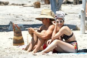 Double take shirtless orlando bloom spends the day on the beach with