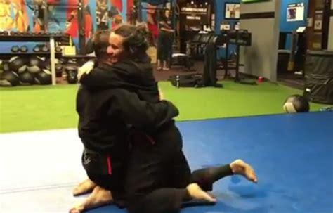margot robbie jiu jitsu demi lovato mostra v 237 deo de luta e beijo o