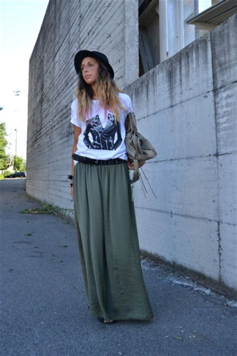 picture of relaxed look with maxi skirt t shirt and hat