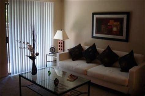decorare ferestre living sufragerie cu ferestre cu jaluzele verticale