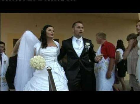film mladozenja veseli mladoženja pjeva ispred crkve www video