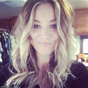 how does kaley cucco style her hair kaley cuoco looks gorgeous in grey sundress and newly