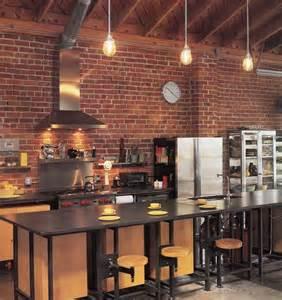 cuisine bois clair avec touches noir et briques rouges