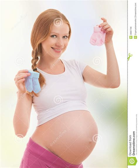 imagenes emotivas de mujeres embarazadas mujer embarazada feliz y calcetines rosados foto de