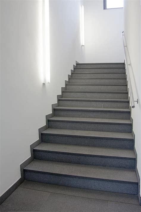 Flur Mit Holztreppe Neu Gestalten by Treppe Neu Gestalten Wand Streichen Ideen Mit Wandfarbe