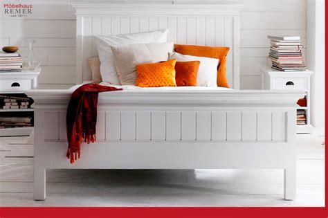 bett landhausstil weiß wohnzimmer lila ideen