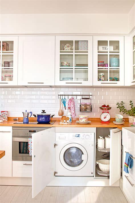 camuflada en la cocina en  cocina blanca  madera