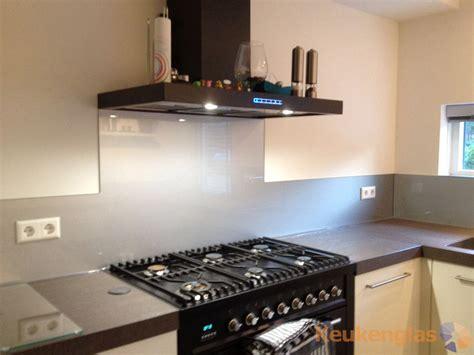 hanglen keuken glazen achterwand keuken metallic keukenglas