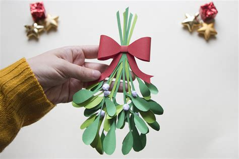 How To Make Mistletoe Out Of Paper - paper mistletoe twist