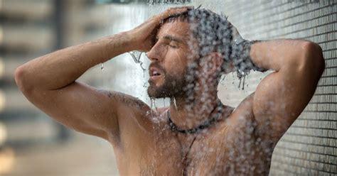 donna fa la doccia chi almeno una volta non l ha fatto nella doccia ora si