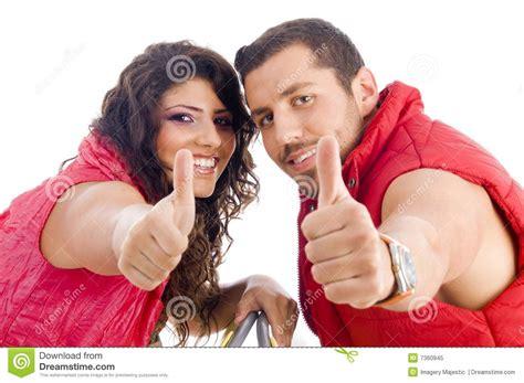 imagenes jovenes alegres pares jovenes alegres que muestran los pulgares para