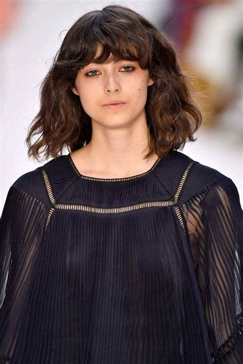 Hairstyles For With Wavy Hair by Wavy Hair With Bangs Easy And Stylish Hairstyle Ideas To