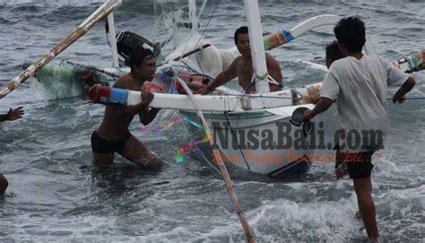 Tanah Di Subagan Karangasem nusabali jukung terbalik nelayan diselamatkan fast boat