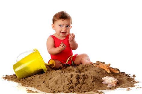 imagenes niños jugando con arena el beb 233 ha comido tierra 191 qu 233 hago