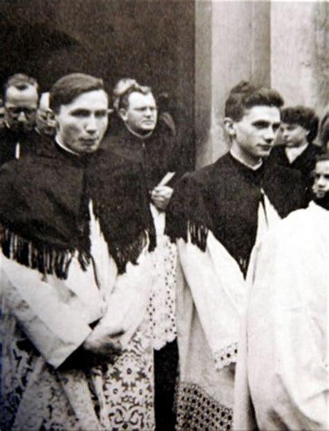 benedetto xvi appello ai giovani quot basta con il celibato dei preti quot l appello giovane