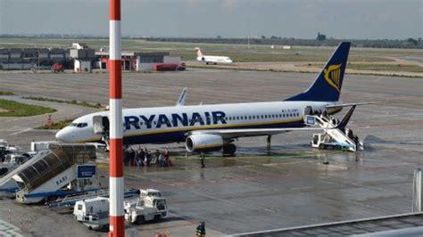 di napoli bari aeroporti bari e napoli verso la fusione ryanair li