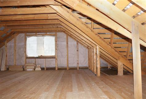 nella soffitta soffitta nella vista globale in costruzione della casa di