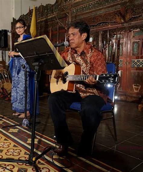Tarian Hujan Ardaneshwari perpaduan gitar kendang dan gong beri di sastra bulan